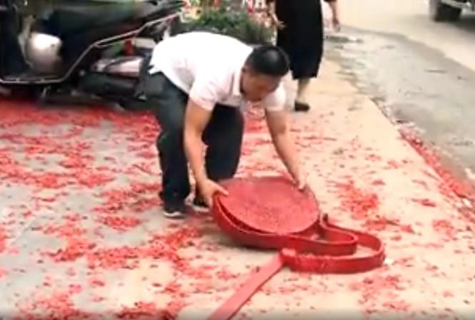 Tạm giữ 2 người đốt pháo đỏ đường ở đám cưới tại Hà Nội