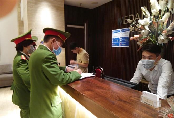 Hàng nghìn du khách nước ngoài, người Việt nhập cảnh trong tháng 3