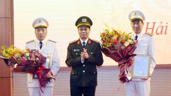 Đại tá Lê Ngọc Châu chúc mừng hai tân Phó giám đốc Công an tỉnh Hải Dương.
