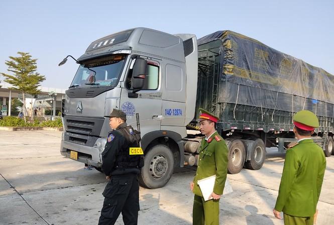 Công an Hải Dương kiểm tra đoàn xe chở hàng lậu trên cao tốc Hà Nội - Hải Phòng. Ảnh: CTV