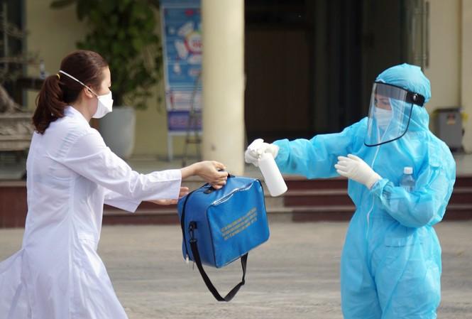Người dân ra khai báo y tế tại Hải Phòng.