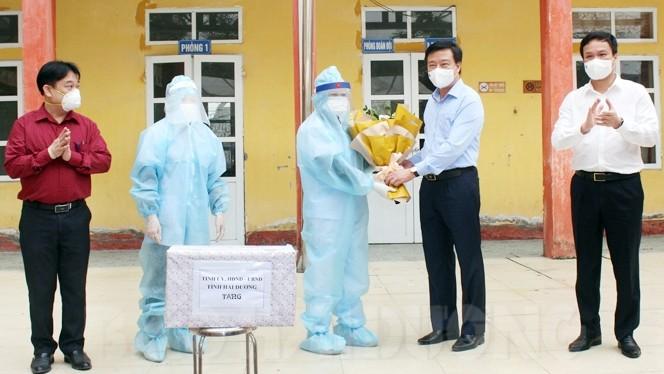 Ông Phạm Xuân Thăng tặng hoa, chúc mừng ngày thầy thuốc tại huyện Bình Giang.