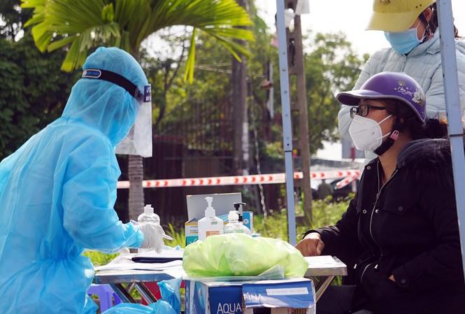 Lực lượng y tế TP Hải Phòng truy vết những người liên quan tới các ca bệnh.