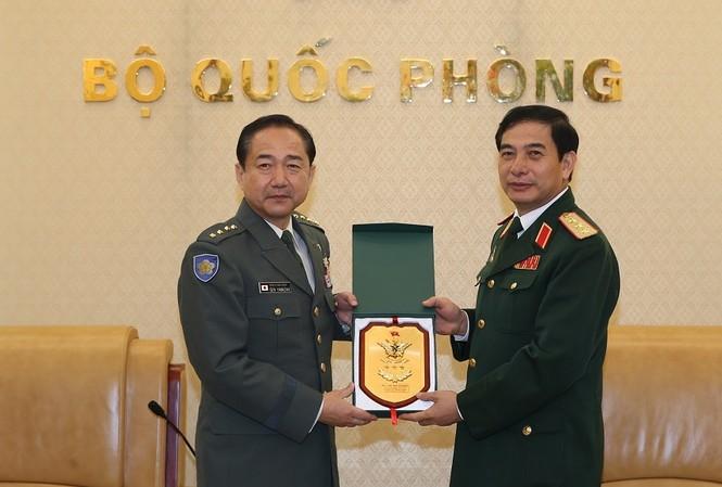 Thượng tướng Phan Văn Giang trao biểu tượng Bộ Tổng tham mưu QĐND Việt Nam tặng Đại tướng Yamazaki Koji