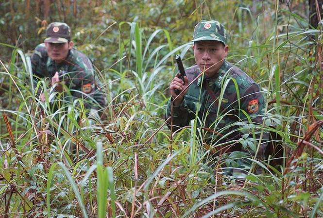 Đội Vũ trang Đồn Biên phòng cửa khẩu Chi Ma (BĐBP Lạng Sơn) mật phục đánh bắt tội phạm trên biên giới. Ảnh: Nguyễn Minh