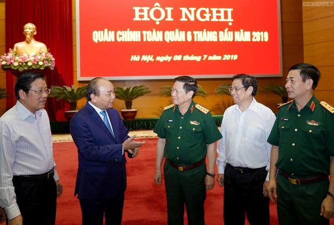 Thủ tướng Nguyễn Xuân Phúc trao đổi với các đại biểu dự hội nghị, sáng 8/7. Ảnh: Chinhphu.vn