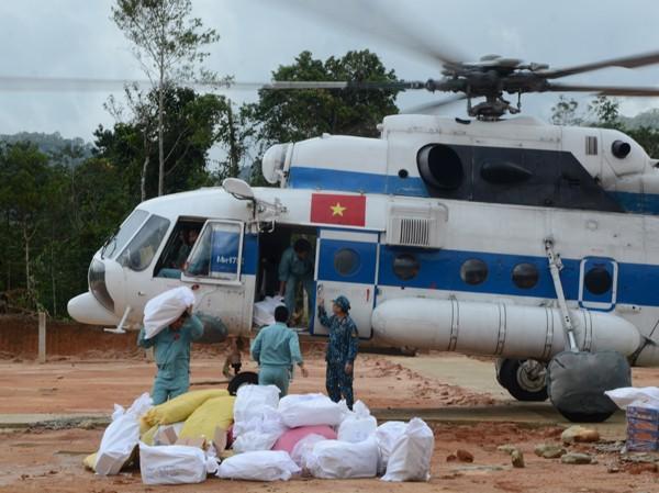 Trực thăng quân sự tiếp tế lương thực cho người dân bị cô lập do bão lũ ở Quảng Nam. Ảnh: PK-KQ