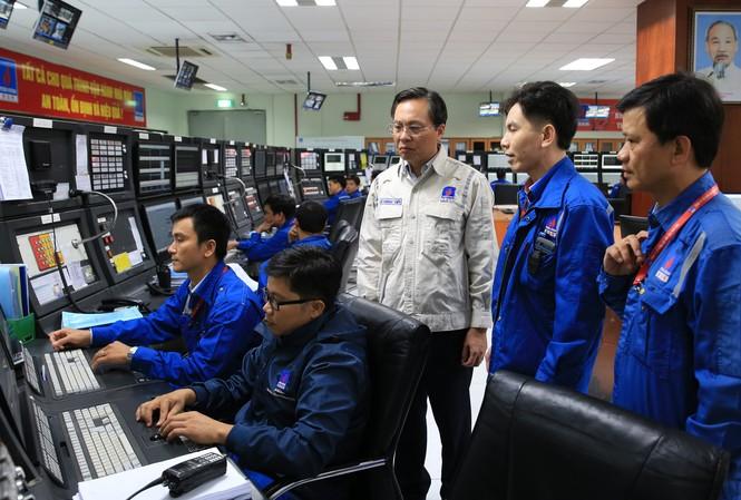Tổng Giám đốc BSR Bùi Minh Tiến (bìa trái) chỉ đạo sản xuất tại phòng điều khiển trung tâm.