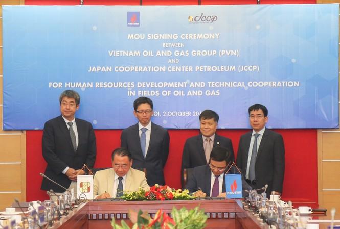 Tổng giám đốc Petrovietnam Lê Mạnh Hùng (phải) và Giám đốc Điều hành JCCP Tsuyoshi Nakai ký kết biên bản ghi nhớ hợp tác