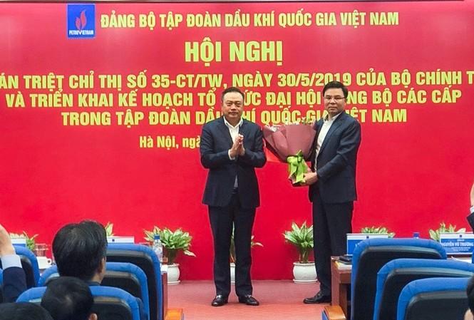 Ông  Trần Sỹ Thanh, Ủy viên Trung ương Đảng, Bí thư Đảng ủy, Chủ tịch HĐTV PVN đã trao quyết định và chúc mừng tân Phó Bí thư Đảng ủy Lê Mạnh Hùng.