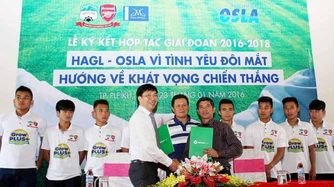Ông Đoàn Sĩ Hiền, Phó chủ tịch Tập đoàn Dược phẩm Merap - nhà sản xuất và phân phối thương hiệu thuốc nhỏ mắt Osla (trái) và ông Huỳnh Mau - Giám đốc điều hành Công ty CP Thể thao HAGL tại buổi lễ ký kết. Ảnh: Minh Trần