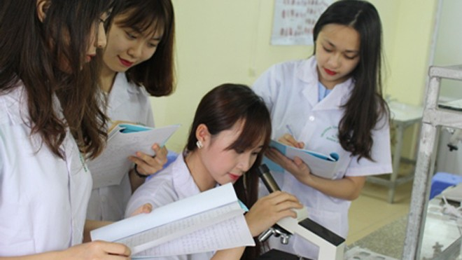 Sinh viên học thực hành nghề Dược, Điều dưỡng tại trường Cao đẳng ASEAN.