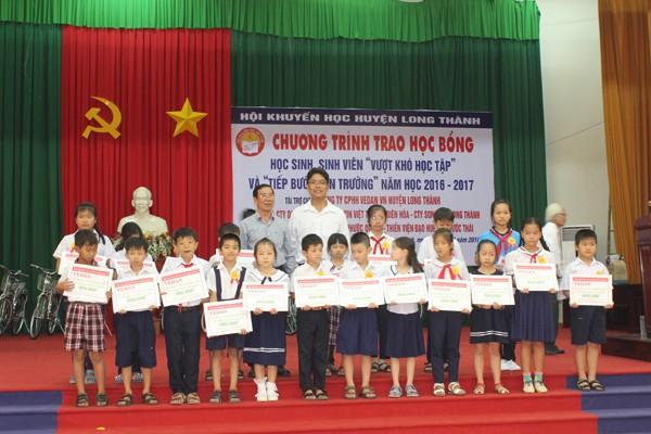 Chủ tịch UBND huyện Long Thành trao học bổng cho các em học sinh