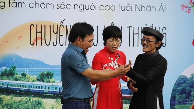 """Quang Tèo- Giang Còi, MC Thảo Vân trong """"Chuyến tàu yêu thương"""""""