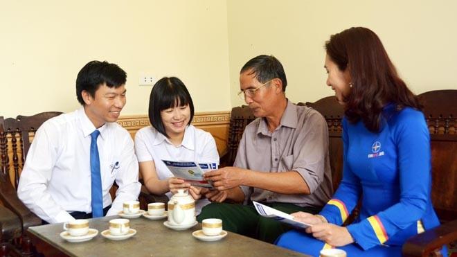 Cán bộ, nhân viên Trung tâm CSKH của ngành Điện đến tận nhà dân hướng dẫn cách gọi điện đến Tổng đài - ảnh Minh Tâm