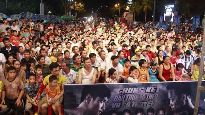 Hàng ngàn khán giả đứng chật kín quảng trường Phạm Văn Đồng để cổ vũ cho các võ sĩ thi đấu