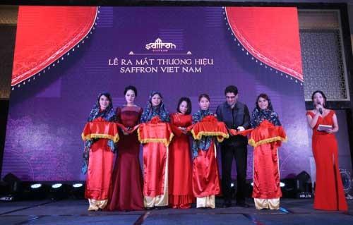 Bà Vũ Thanh Hòa - Giám đốc công ty, Á hậu Hoàng Anh và ông Shahram Salami (đại diện Đại sứ quán Iran) cùng cắt băng ra mắt thương hiệu Saffron Việt Nam.