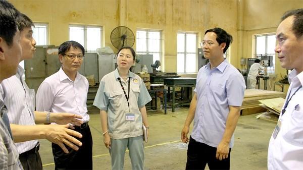 Phó Tổng Cục trưởng Giáo dục Nghề nghiệp Trương Anh Dũng kiểm tra tại Trường Cao đẳng nghề Công nghiệp Hà Nội.