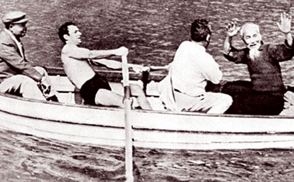 Bác Hồ và Anh hùng G. Titov. Ảnh tư liệu