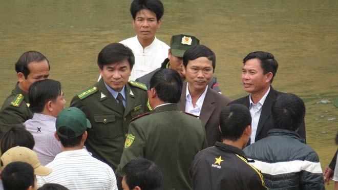 """Hùng """"mía"""" có mặt ở tất cả các cuộc hội ý của cơ quan chức năng. Trong ảnh Hùng """"mía"""" (x) cùng với ông Tân (hạt trưởng), ông Vũ (phó chủ tịch huyện) bàn chuyện trục vớt"""