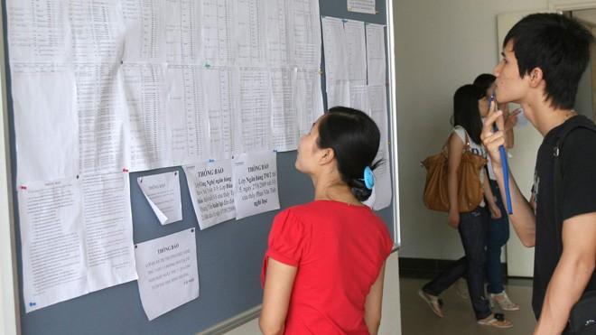 Xem điểm thi tại trường ĐH dân lập Thăng Long - Hà Nội. Ảnh: Như Ý