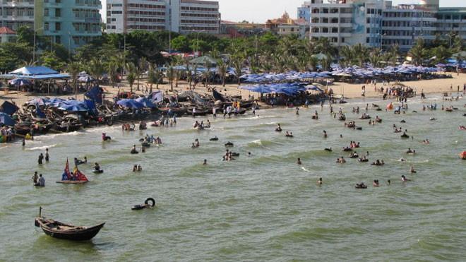 Du lịch biển Sầm Sơn ngày càng thu hút nhiều khách du lịch. Ảnh: Phạm Nhài