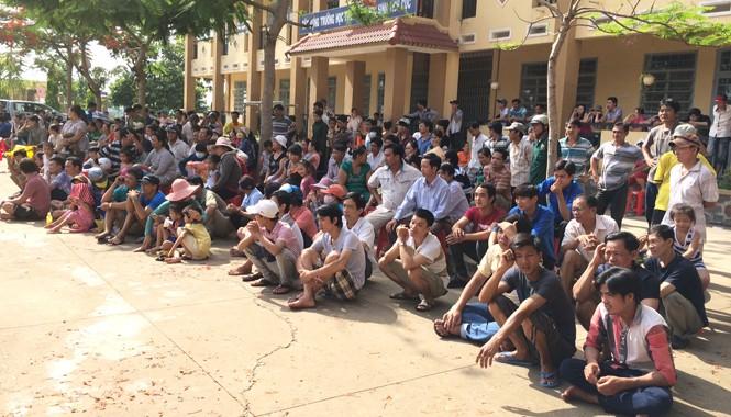 Hàng nghìn người dân đến theo dõi phiên tòa