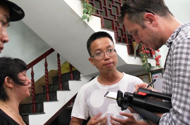 Đoàn báo quốc tế đến ghi nhận thông tin tàu bị đâm chìm tại nhà chủ tàu và các ngư dân trên tàu cá ĐNa 90152TS . Ảnh: Nguyễn Huy