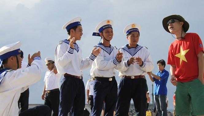 Ca sĩ Hoàng Hiệp hát cho lính đảo nghe ngay trên bờ biển đảo Song Sử Tây. Ảnh: Trường Phong