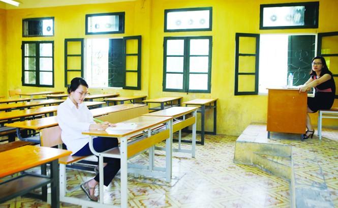 Thí sinh Phạm Khánh Linh làm bài thi Lịch sử chiều 2/6 tại hội đồng thi trường THPT Quang Trung (Đống Đa, Hà Nội). ảnh: như ý