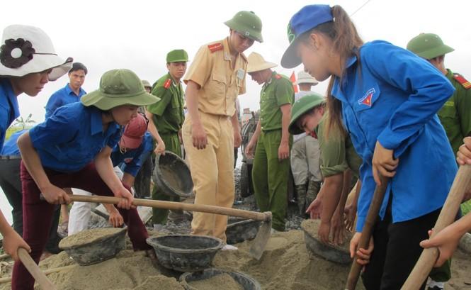 Thanh niên tình nguyện thi công đường giao thông tại xã Hòa Bình (huyện Vĩnh Bảo, Hải Phòng) ngay sau lễ phát động. Ảnh: Phạm Duẩn