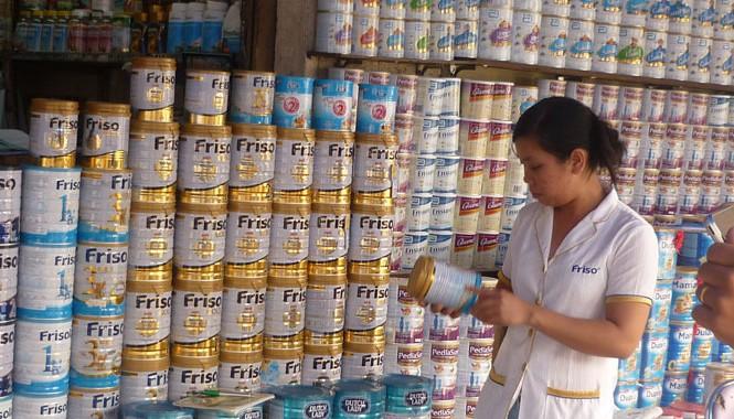 Giá sữa bán lẻ hiện mỗi nơi một kiểu.  ảnh: L.N