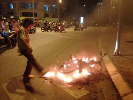 Ngọn lửa thiêu rụi chiếc xe.