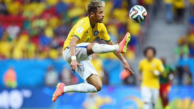 Neymar có nhiều đất diễn hơn khi chơi lệch trái.  Ảnh: Getty Images