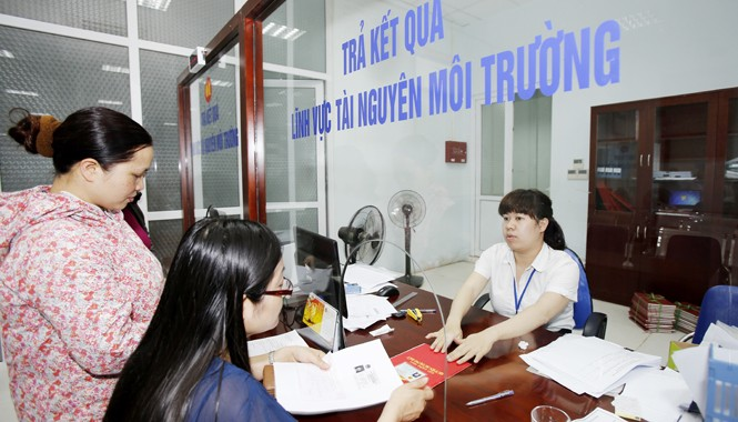Doanh nghiệp, người dân làm thủ tục cấp sổ đỏ tại quận Bắc Từ Liêm, Hà Nội. Ảnh: Như Ý