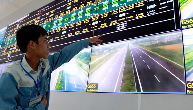 Nhân viên Đội vận hành chỉ phương tiện vi phạm tốc độ,  Ảnh: Minh Đức