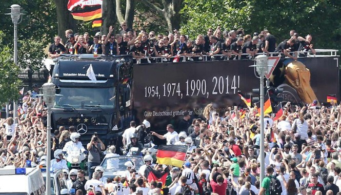Chiếc xe tải chở tuyển Đức nhích từng vòng bánh trong vòng vây người hâm mộ.  Ảnh: Bild