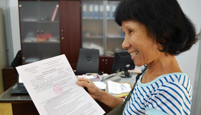 Tân sinh viên 59 tuổi Đặng Thị Bích Liên trong niềm vui nhận giấy báo nhập học.