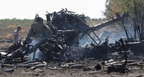 Một khẩu pháo bị phá hủy ở ngoại ô thành phố Mariupol hôm qua. Ảnh: Reuters