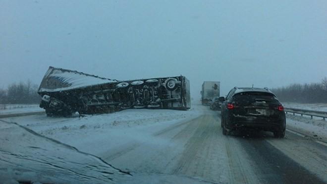 Xe tải bị lật vì đường trơn do tuyết.