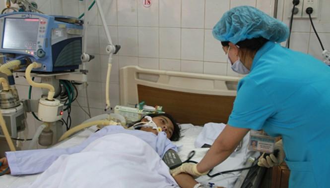 Nạn nhân đang được cứu chữa tại bệnh viện.