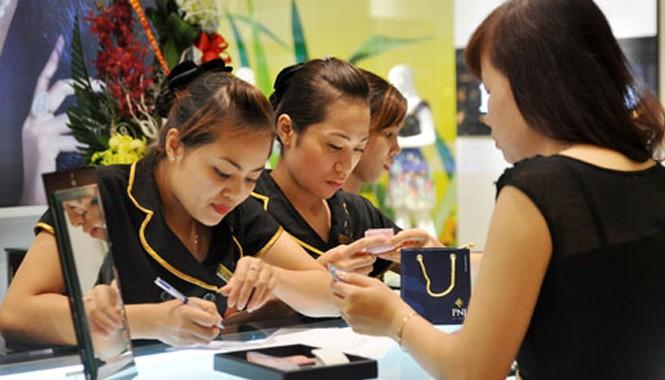 Giá vàng trong nước đang co hẹp dần khoảng cách với thị trường quốc tế.