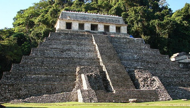 Trong thành phố cổ Palenque của vương quốc Maya ở miền Nam Mexico, có một kim tự tháp đồ sộ được gọi là đền Tưởng Niệm.