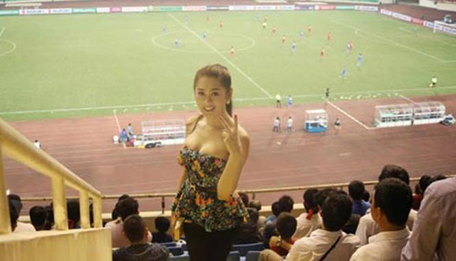 Lâm Chi Khanh gợi cảm đi cổ vũ ĐTVN trong trận đấu gặp ĐT Philippines tại vòng bảng AFF Suzuki Cup 2014.