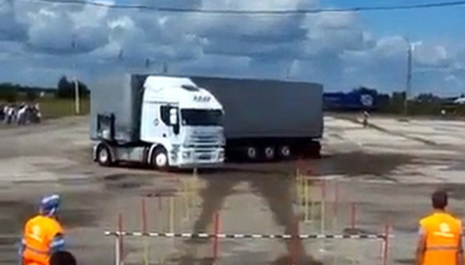 Chỉ một lần đánh lái, tài xế đã đưa chiếc xe tải nặng quay đầu 180 độ.