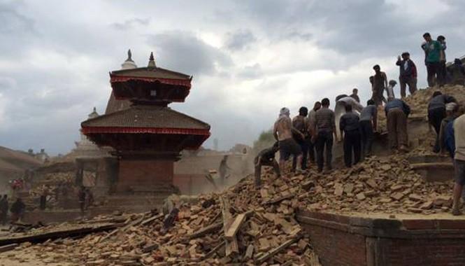 Khung cảnh ngôi chùa đã bị phá hủy sau động đất.