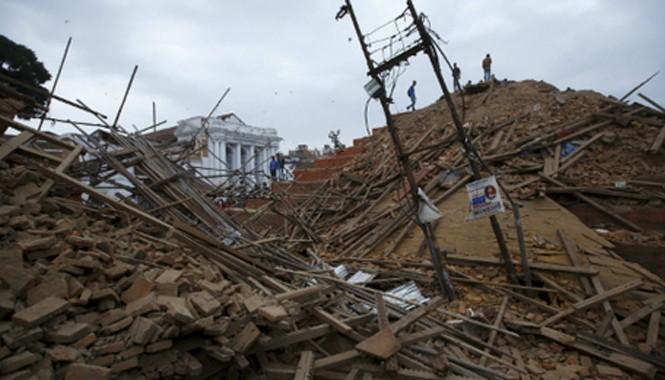 Đống đổ nát sau vụ động đất ở Nepal. Ảnh: Reuters.