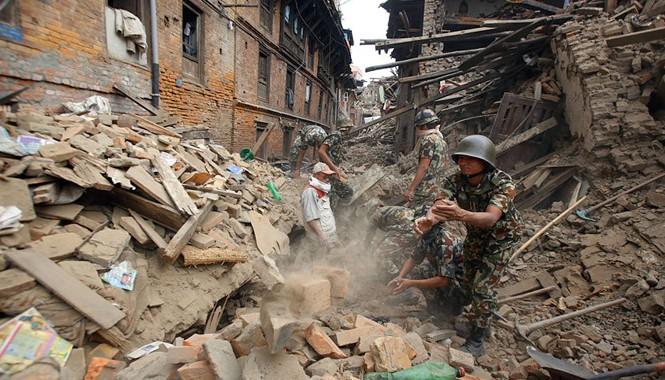 Lực lượng cứu hộ đào bới tìm người mất tích tại khu vực Bhaktapur sau động đất. Ảnh: AP.