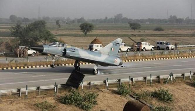 Chiếc phản lực Mirage 2000 đáp xuống xa lộ. Ảnh: TAF.