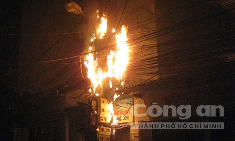 Ngọn lửa bùng cháy dữ dội.